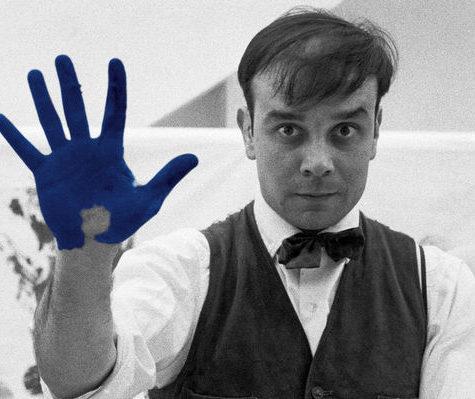 Кто такой Ив Кляйн и почему его синий так популярен в дизайне интерьеров?